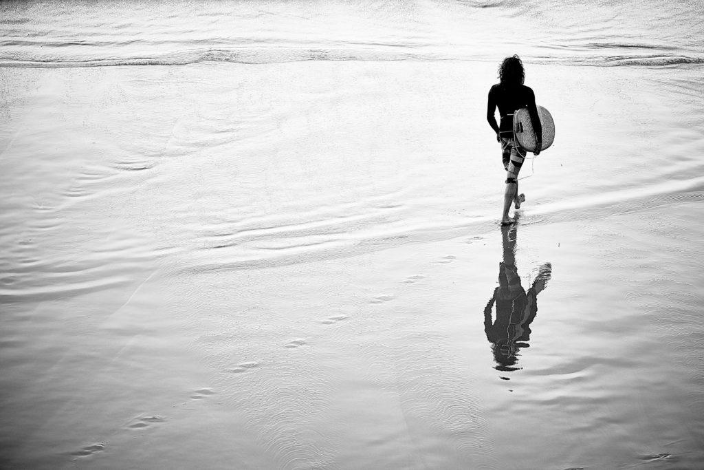 surfer-walk-on-the-beach