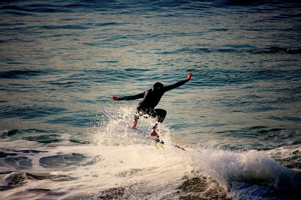 surfer-surfing-with-balance
