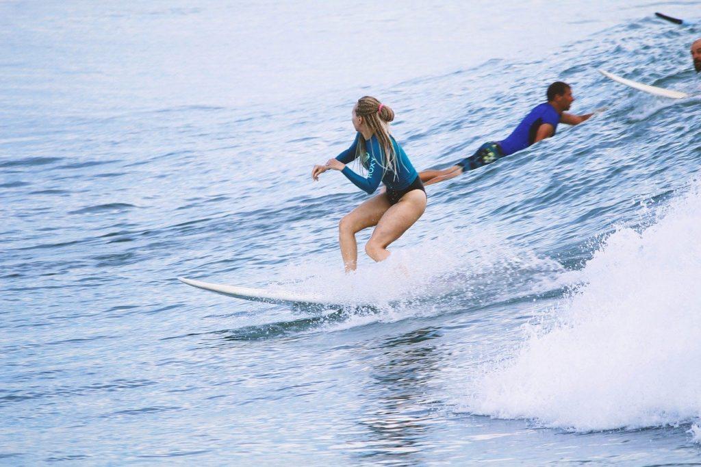 水着でサーフィン