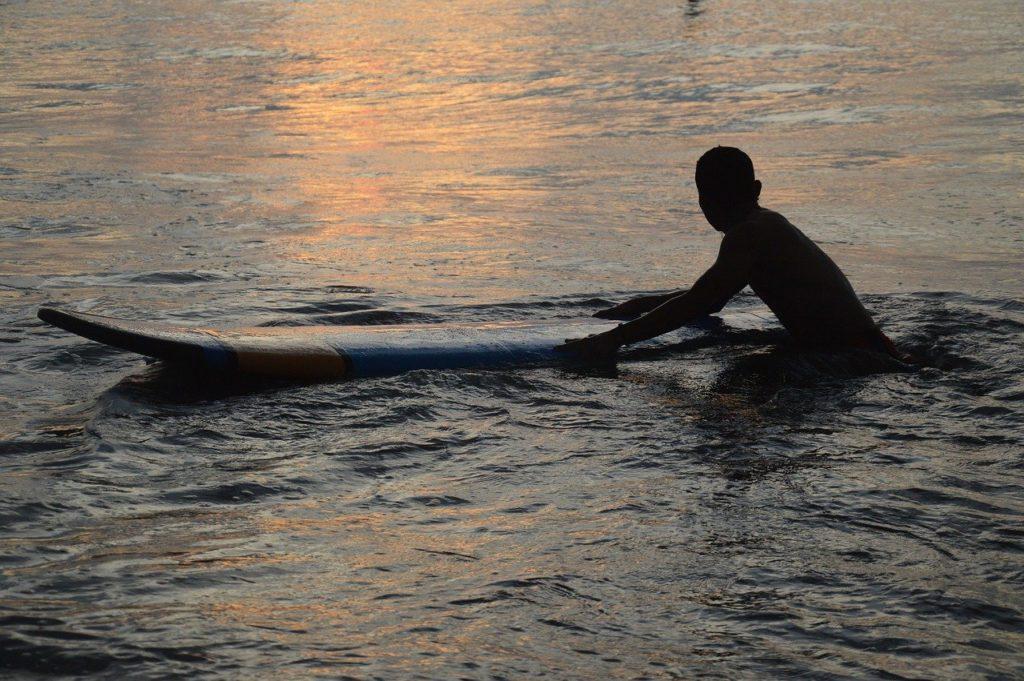 サーフボードとサーファー