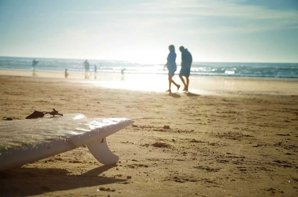 ビーチにフィッシュサーフボード