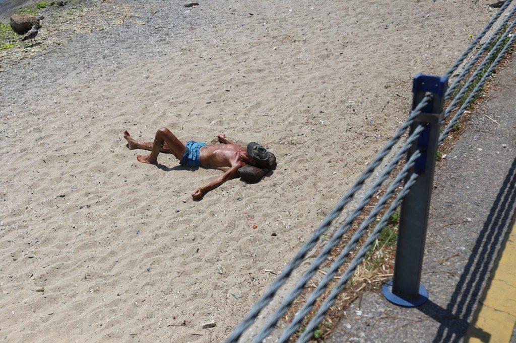 ビーチで横になるサーファー