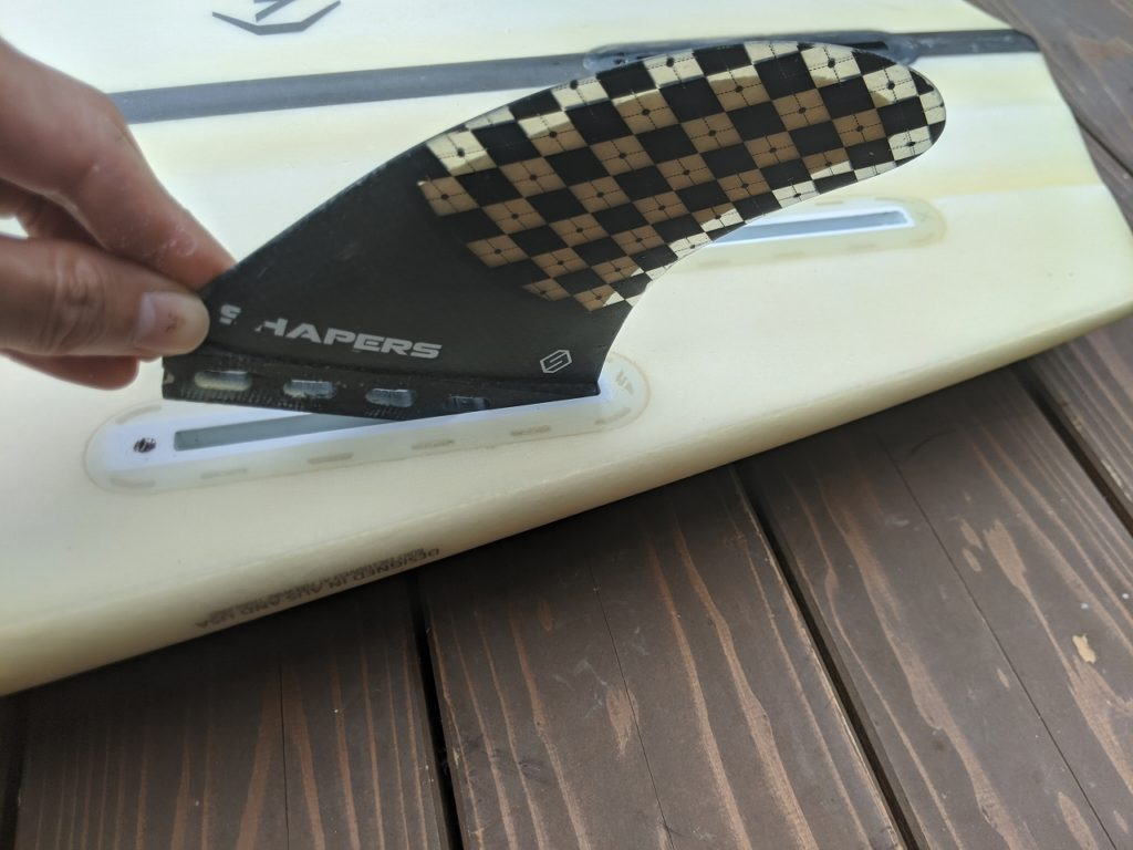 【初心者】サーフィンのfuturesフィンの取り付け方を写真付で解説する