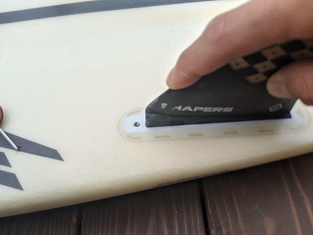 【初心者】サーフィンのfuturesフィンの取り付け方を写真付で解説する200703_094439
