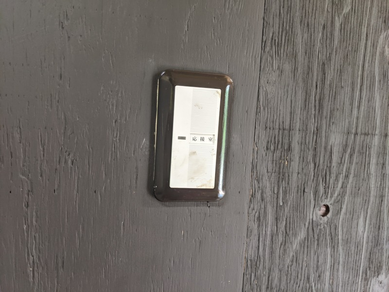 [サーフィンDIY]サーフボードを置く倉庫の内装を塗装 part2 - 水性ペンキで塗装編 -